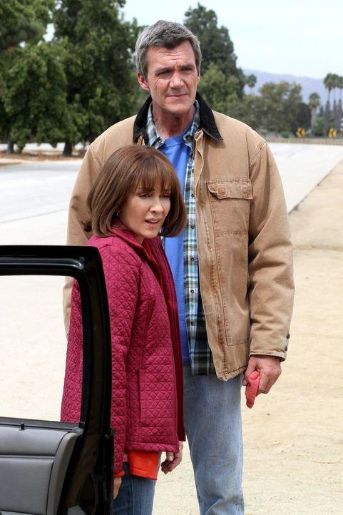 Frankie (Patricia Heaton, r.) überzeugt Mike (Neil Flynn, l.) und die Kids, dass sie einen japanischen Austauschstudenten bei sich aufnehmen ... - Bildquelle: Warner Brothers