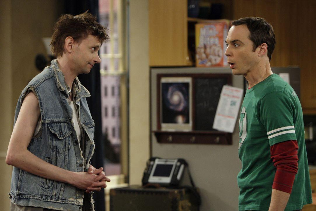 Toby (D.J. Qualls, l.) spielt bei der Lügengeschichte mit und zieht bei Leonard und Sheldon (Jim Parsons, r.) ein. Angetan von Pennys Mitgefühl wi... - Bildquelle: Warner Bros. Television