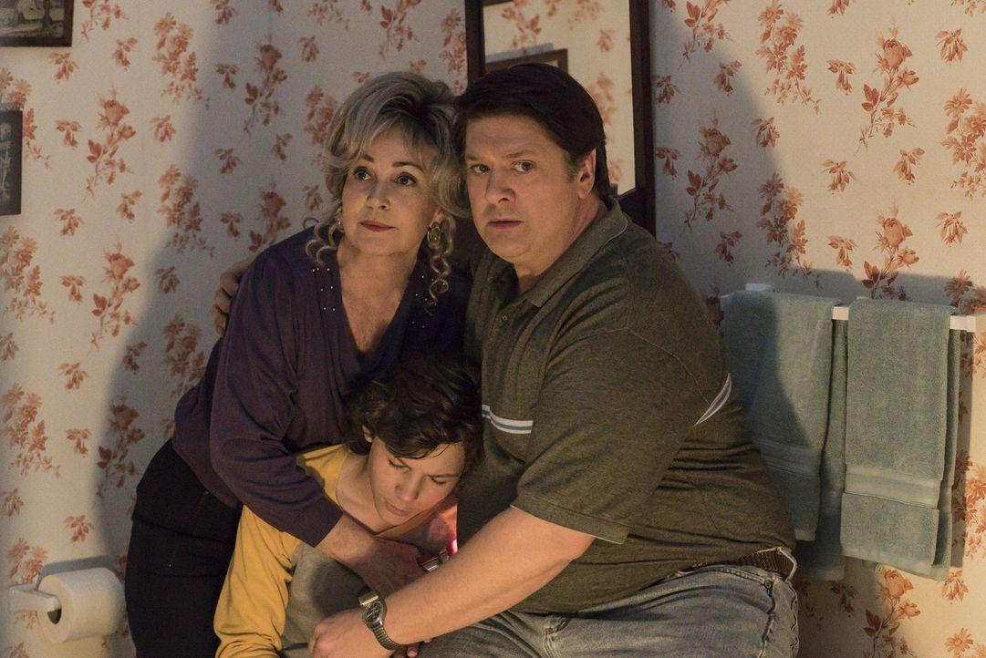 Ein Tornado schweißt Meemaw (Annie Potts, l.), Georgie (Montana Jordan, M.), George Sr. (Lance Barber, r.) und den Rest der Familie enger zusammen .... - Bildquelle: Warner Bros. Television