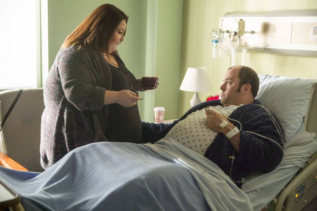 Kate (Chrissy Metz, l.) ist extrem mitgenommen, nachdem Toby (Chris Sullivan, r.) einen Herzinfarkt erlitten hat. Doch wie wird es mit ihnen weiterg... - Bildquelle: Ron Batzdorff 2016-2017 Twentieth Century Fox Film Corporation.  All rights reserved.   2017 NBCUniversal Media, LLC.  All rights reserved.