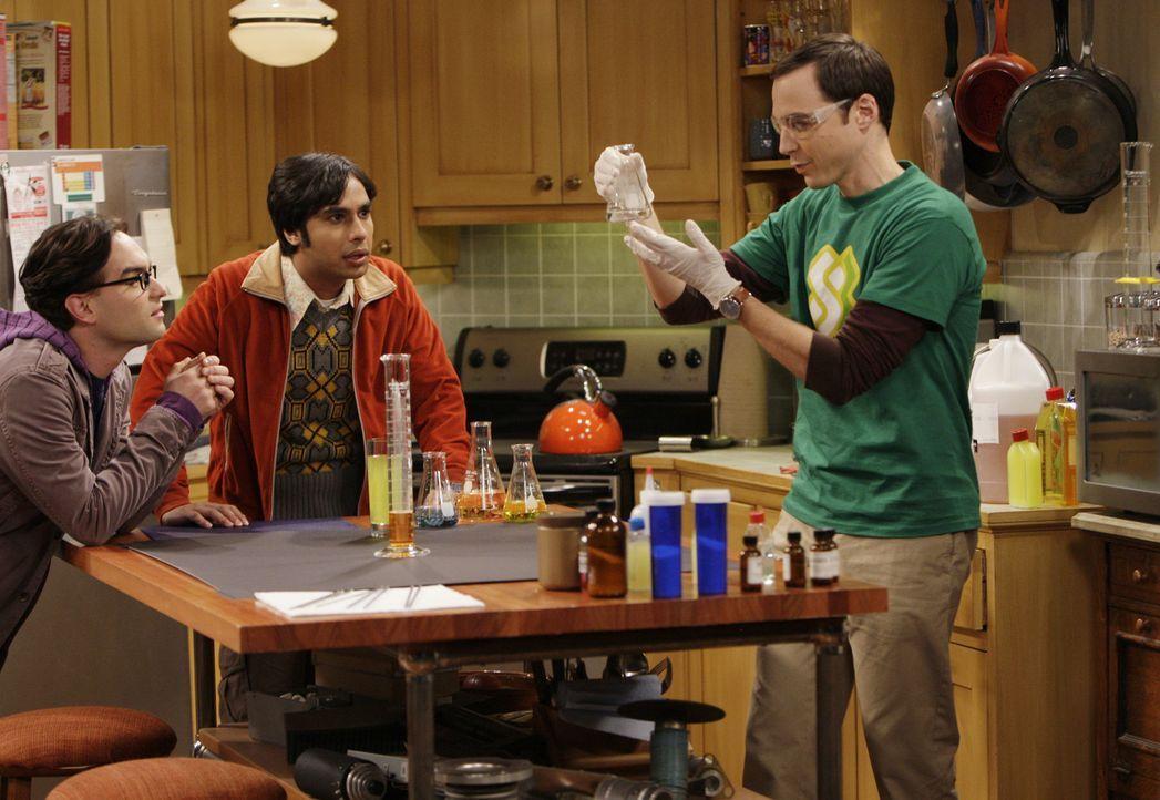 Die Racheformel: Sheldon (Jim Parsons, r.), Leonard (Johnny Galecki, l.) und Rajesh (Kunal Nayyar, M.) ... - Bildquelle: Warner Bros. Television