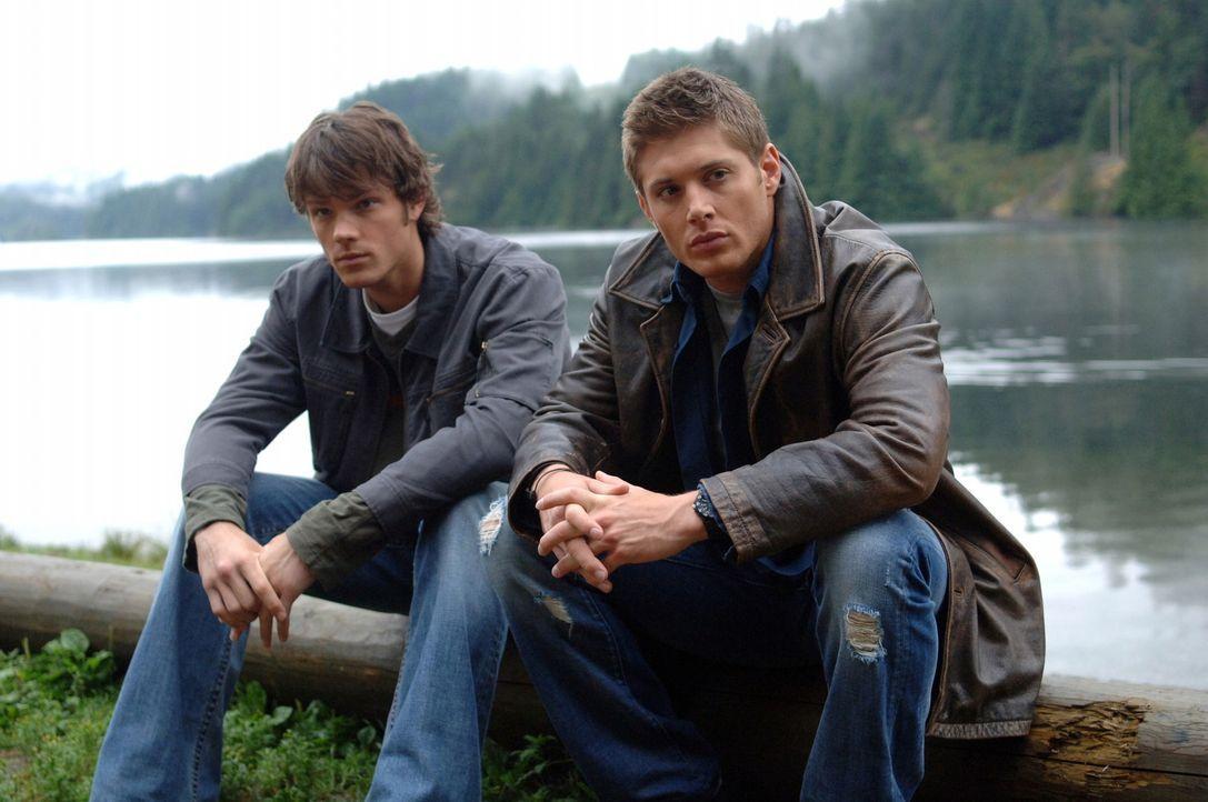 Auf der Suche nach neuen, mysteriösen Vorfällen stoßen Sam (Jared Padalecki, l.) und Dean (Jensen Ackles, r.) auf eine Stadt, in der jemand spurl... - Bildquelle: Warner Bros. Television