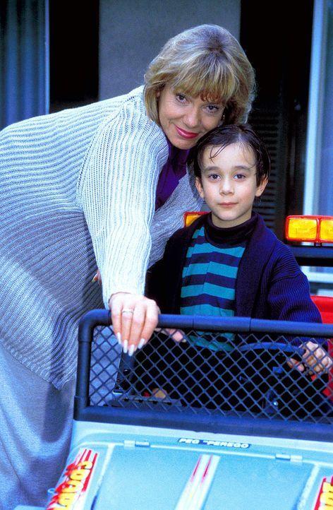Um ihren Enkel immer stärker an sich zu binden, überhäuft Dorothea Thorwald (Judy Winter, l.) Tobias (Raphael Ghobadloo, r.) mit vielen Geschenke... - Bildquelle: Horn-Link ProSieben