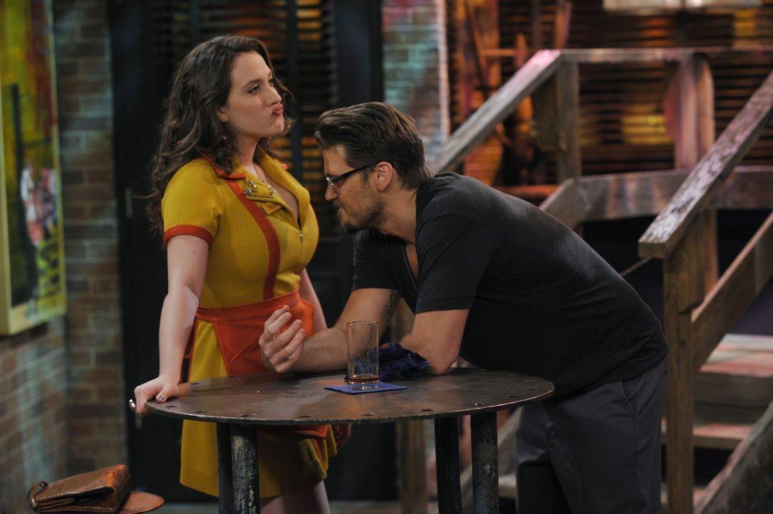 Die junge Kellnerin Max (Kat Dennings, l.) hat in jeder Situation mindestens 2 schlagende Argumente parat. - Bildquelle: Warner Brothers