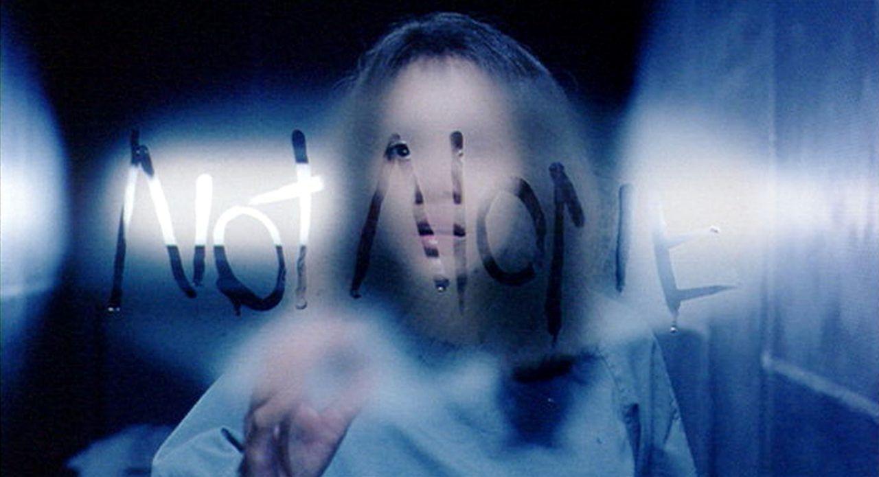 Verzweifelt versucht Miranda (Halle Berry), ihr Gedächtnis wiederzuerlangen und die schweren Vorwürfe zu widerlegen. Doch bei der Wahrheitsfindung w... - Bildquelle: 2004 Sony Pictures Television International. All Rights Reserved.