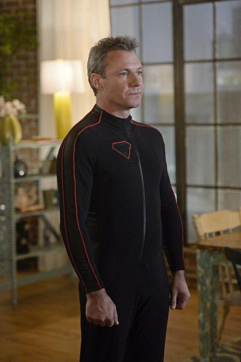 Non (Chris Vance) wird zu einer ernsthaften Bedrohung für Kara alias Supergirl ... - Bildquelle: 2015 Warner Bros. Entertainment, Inc.