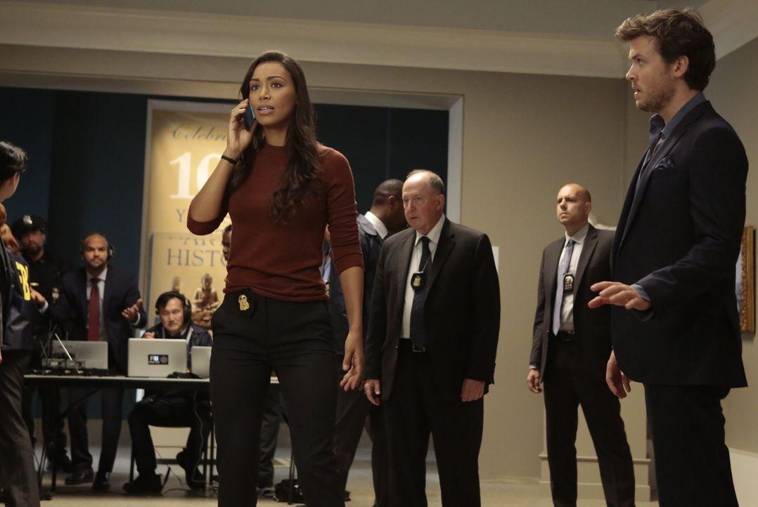 Das FBI und Kay Daniels (Ilfenesh Hadera, l.) erhoffen sich mit der Hilfe von Cameron Black (Jack Cutmore-Scott, r.) und seinem Team, den Bombenlege... - Bildquelle: Warner Bros.