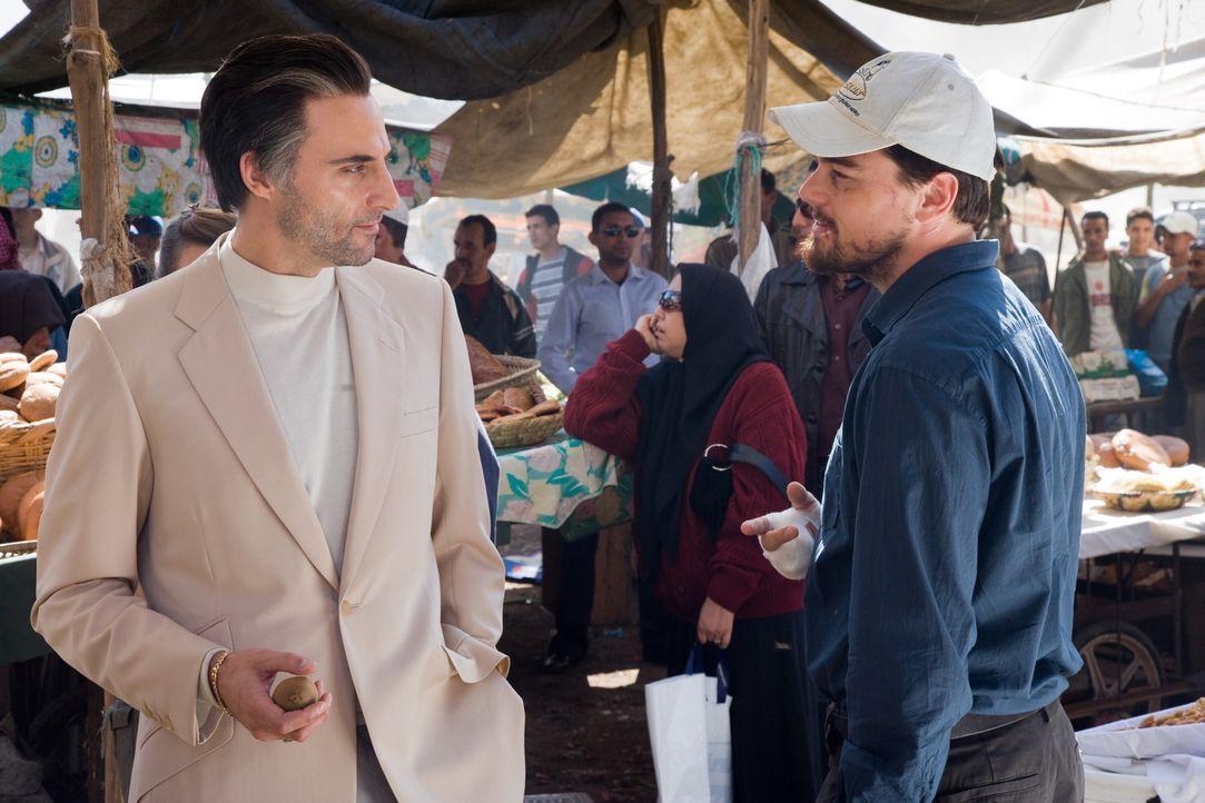 Um den Leitwolf der gefährlichen Terrorgruppe ausfindig machen zu können, muss sich CIA-Agent Ferris (Leonardo DiCaprio, r.) mit dem eloquenten, a... - Bildquelle: Warner Brothers