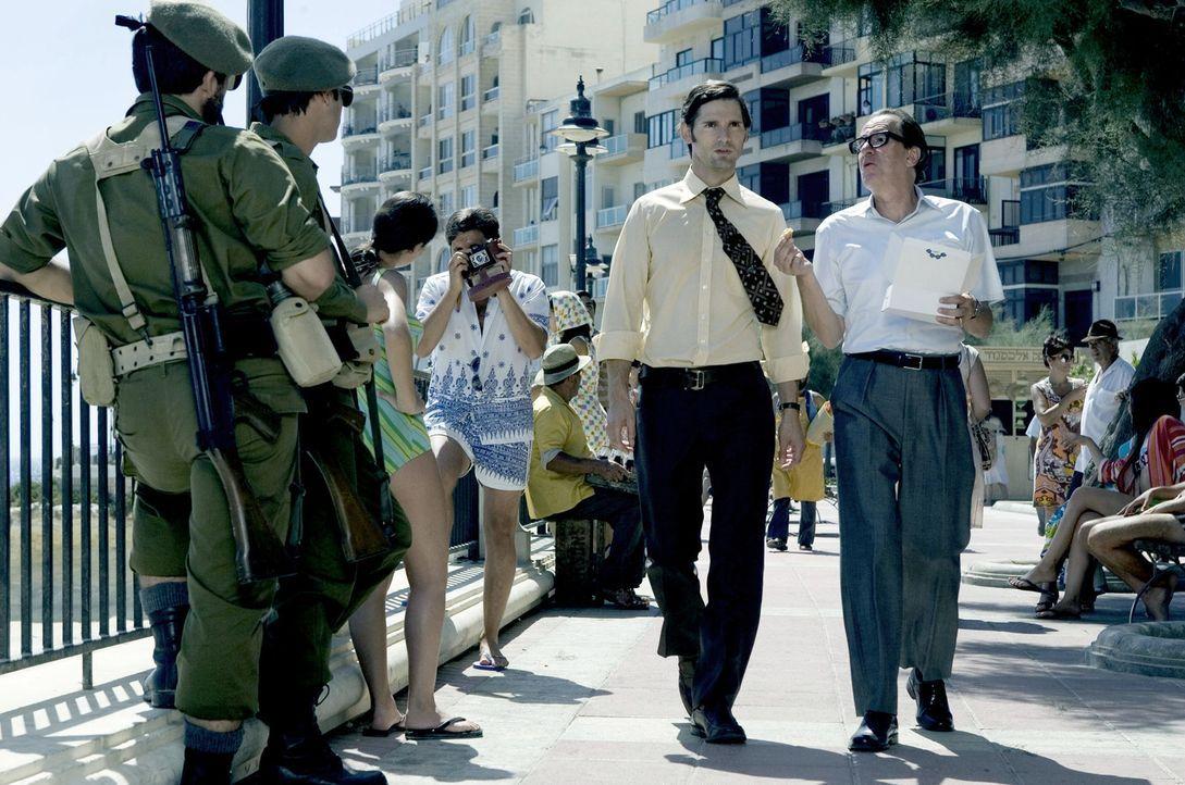 Wenige Tage nach dem Massaker von München wird der Geheimdienstoffizier Avner (Eric Bana, l.) von einem Mossad-Offizier namens Ephraim (Geoffrey Ru... - Bildquelle: 2005 UNIVERSAL STUDIOS and DREAMWORKS LLC.
