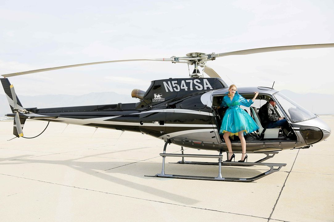 GNTM-Stf10-Epi06-Helikopter-Shooting-44-Laura-D-ProSieben-Richard-Huebner - Bildquelle: ProSieben/Richard Huebner