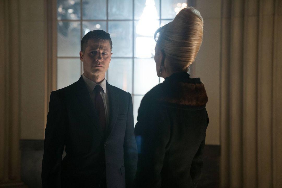 Um Gordons (Ben McKenzie, l.) Loyalität zu testen, beauftragt Kathryn (Leslie Hendrix, r.) ihn damit, eine gefährliche Bombe zu testen, die gebaut w... - Bildquelle: Warner Brothers
