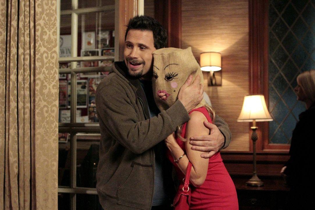 Ein ganz besonderer Valentinstag wartet auf Dallas (Cheryl Hines, r.) und George (Jeremy Sisto, l.) ... - Bildquelle: Warner Brothers