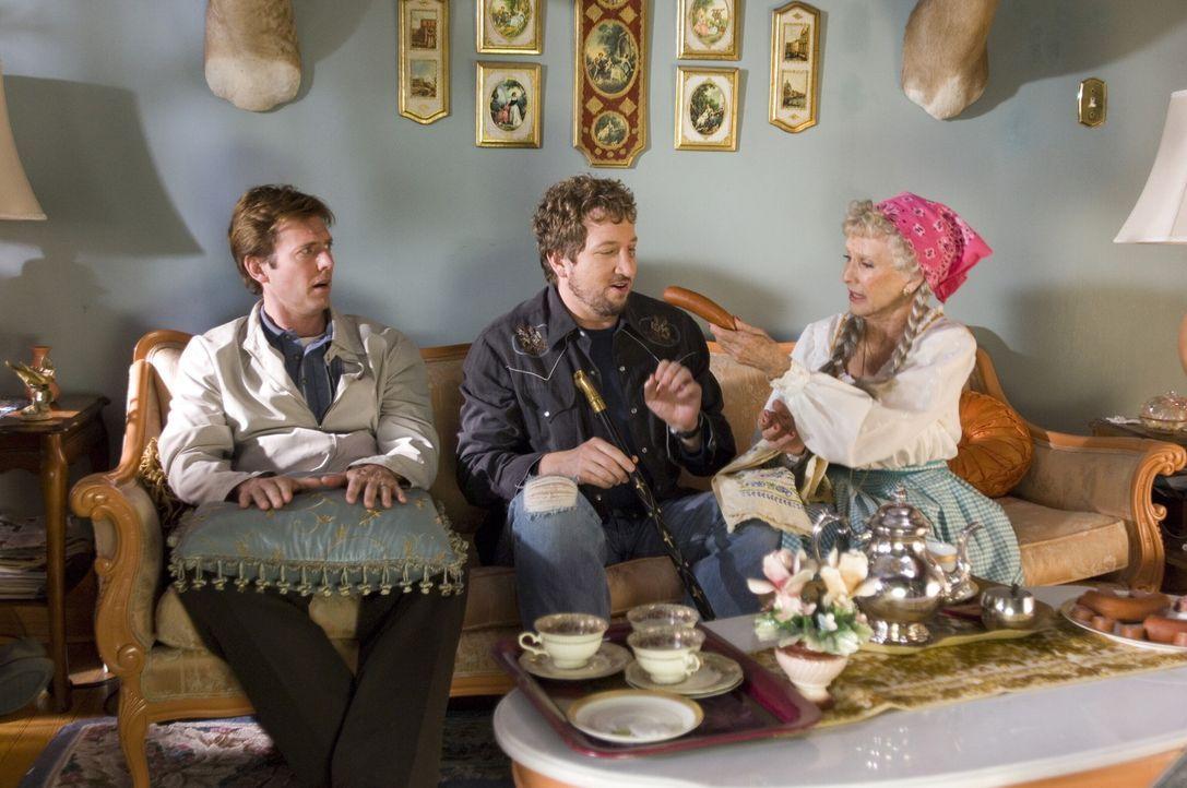 Mit dem Segen ihrer Oma (Cloris Leachman, r.) trainieren Todd (Erik Stolhanske, l.) und Jan Wolfhouse (Paul Soter, M.) gnadenlos ihre Leber, um schn... - Bildquelle: Warner Brothers International Television