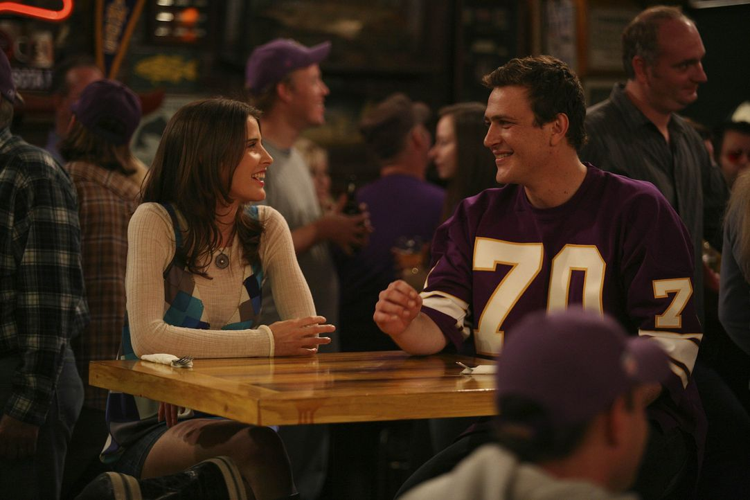 Da Robin (Cobie Smulders, l.) in diesem Jahr besonders unter Heimweh leidet, nimmt Marshall (Jason Segel, r.) sie mit in eine Bar, die ihn an seine... - Bildquelle: 20th Century Fox International Television