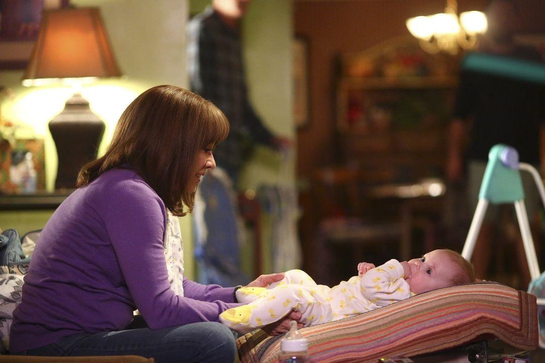 Macht sich beim Babysitten Gedanken über sich selber als Mutter: Frankie (Patricia Heaton) ... - Bildquelle: Warner Bros.