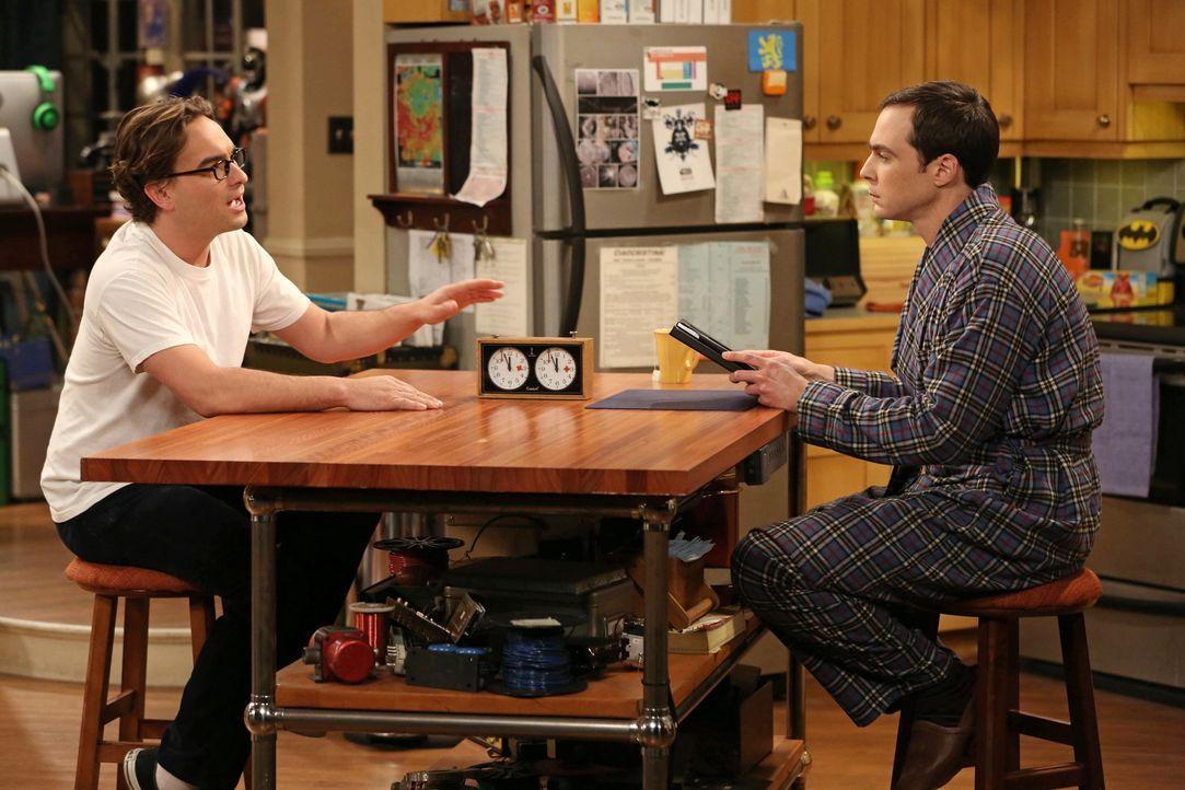 Während Sheldon (Jim Parsons, r.) durch ein Online-Spiel mit Stephen Hawking in Kontakt ist, versucht Leonard (Johnny Galecki, l.) Penny zu helfen,... - Bildquelle: Warner Bros. Television