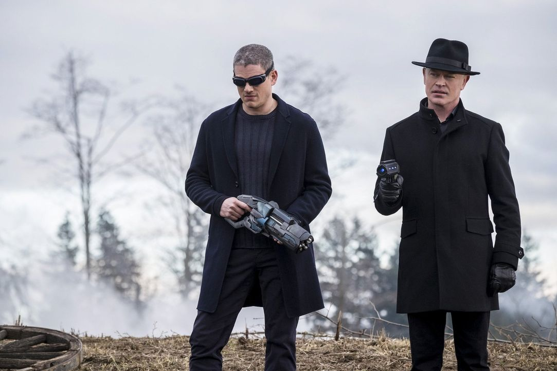 Stellen sich den Legends in den Weg: Snart alias Captain Cold (Wentworth Miller, l.) und Damien Darhk (Neal McDonough, r.) ... - Bildquelle: Warner Brothers
