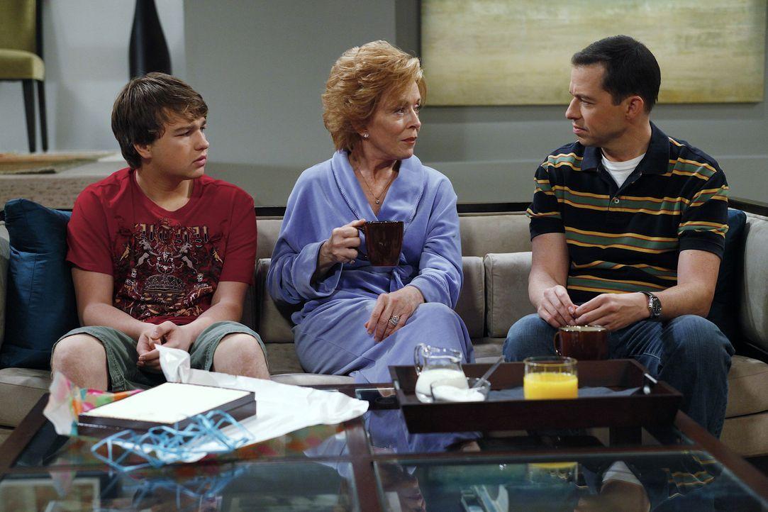 Als Charlie ihm die Tour versaut, rächt sich Jake (Angus T. Jones, l.) mit einer Gemeinheit: Er lädt Evelyn (Holland Taylor, M.) zu einem Geburtst... - Bildquelle: Warner Bros. Television
