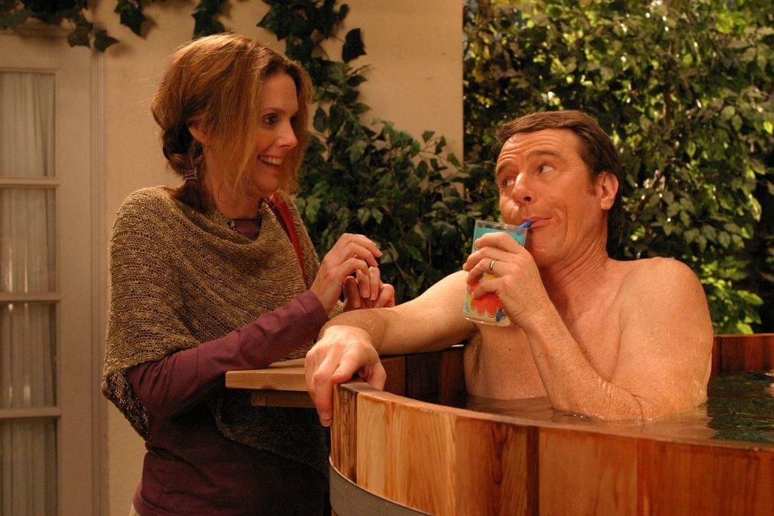 Hal (Bryan Cranston, r.) kommt auf die völlig verrückte Idee und kauft einen Whirlpool.  (Julie Hagerty, l.) findet es toll ... - Bildquelle: TM +   2000 Twentieth Century Fox Film Corporation. All Rights Reserved.
