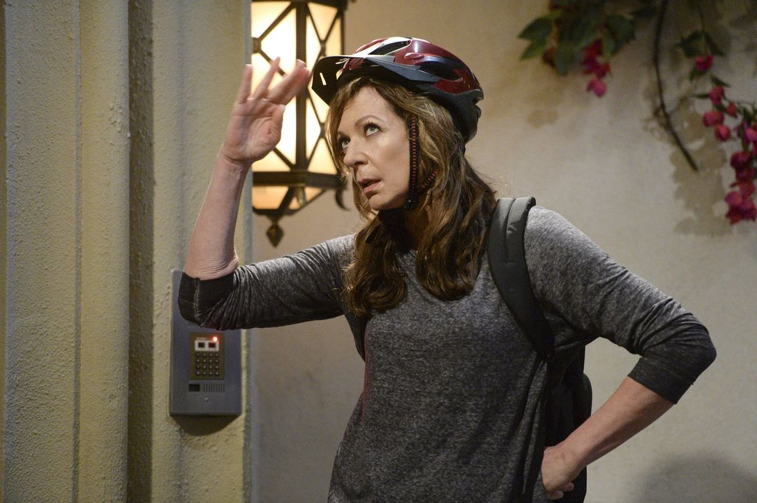 Würde Christy ihre Drohung wahr machen und wirklich ausziehen, wäre Bonnie (Allison Janney) wieder alleine ... - Bildquelle: Warner Bros. Television