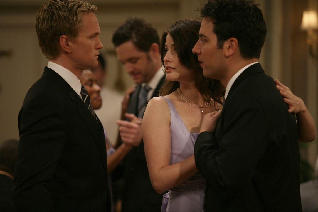 Barney (Neil Patrick Harris, l.) hat zufällig mitbekommen, dass Ted (Josh Radnor, r.) und Robin (Cobie Smulders, M.) den Freunden am nächsten Tag... - Bildquelle: 20th Century Fox International Television