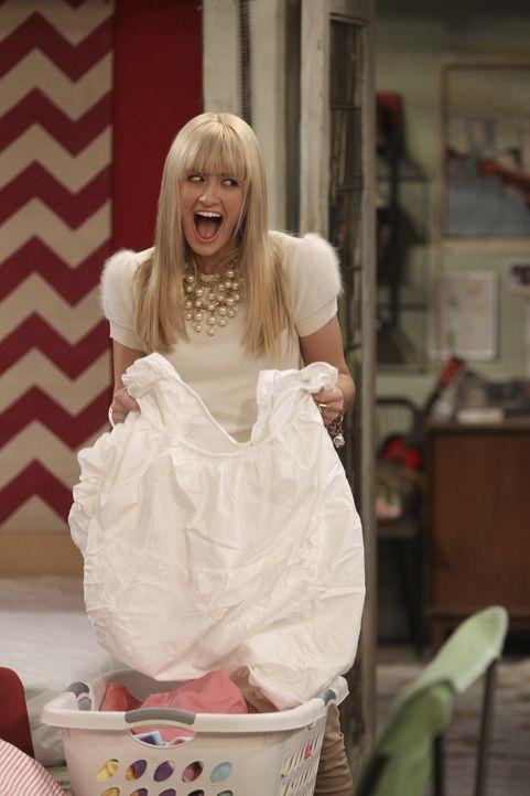 Nach einem Sex-Date mit ihrem Ex Andy, befürchtet Caroline (Beth Behrs) sich mit einer Geschlechtskrankheit angesteckt zu haben ... - Bildquelle: Warner Bros. Television
