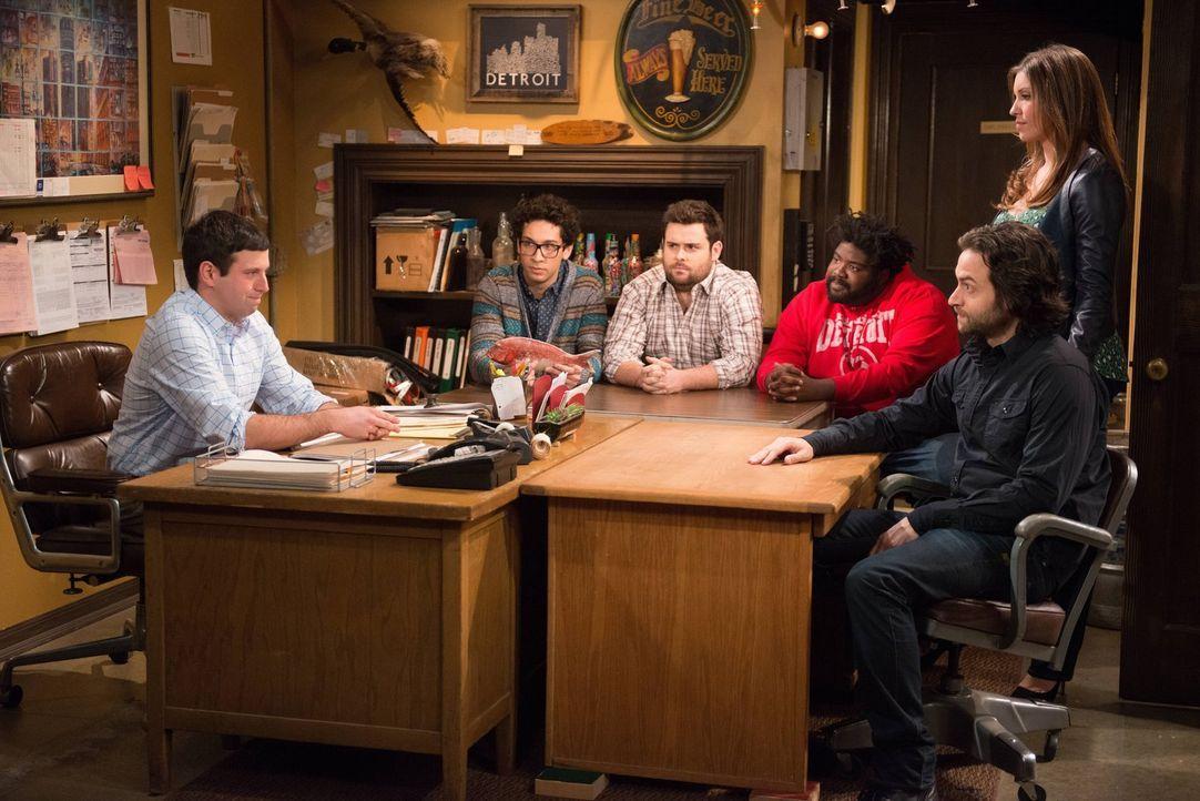 Nachdem Danny (Chris D'Elia, r.), Shelly (Ron Funches, 3.v.r.), Brett (David Fynn, 3.v.l.) und Burski (Rick Glassman, 2.v.l.) die Bar mitfinanzieren... - Bildquelle: Warner Brothers