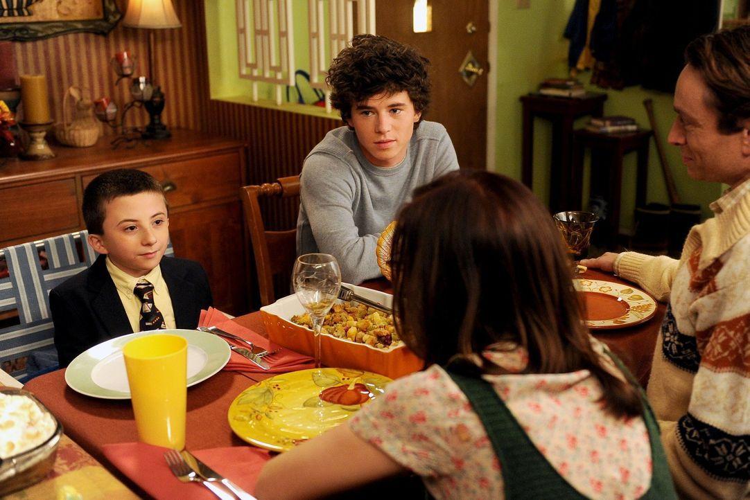 Es steht mal wieder das traditionelle Heck-Thanksgivingdinner an: Dieses Mal sind auch Bob (Chris Kattan, hinten r.) und seine neue Freundin Lisa (L... - Bildquelle: Warner Brothers