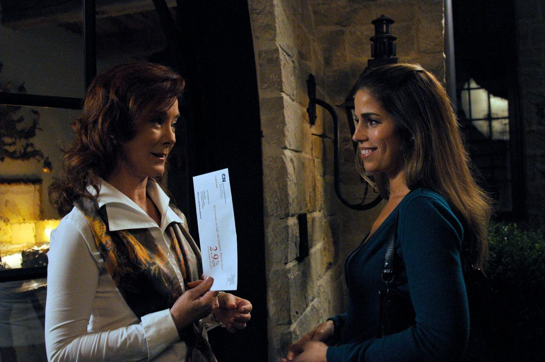 Michaels Exfrau Olivia (Valerie Mahaffey, l.) erzählt Marisol (Ana Ortiz, r.), dass Taylor früher als Prostituierte gearbeitet hat. Als Michael davo... - Bildquelle: ABC Studios