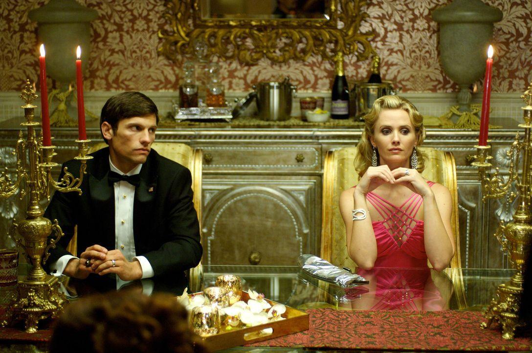 Peter (Samuel Child, l.) und Barbie (Jennifer Siebel, r.) wissen noch nicht, was auf der Feier von Desiree, die für ihre makabren Aprilscherze beka... - Bildquelle: 2008 360 Pictures LLC. All Rights Reserved.