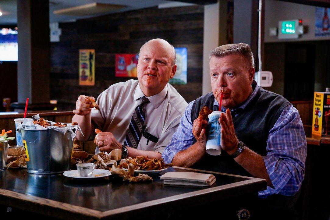 Hitchcock (Dirk Blocker, l.); Scully (Joel McKinnon Miller, r.) - Bildquelle: Vivian Zink 2019 UNIVERSAL TELEVISION LLC. All rights reserved. / Vivian Zink