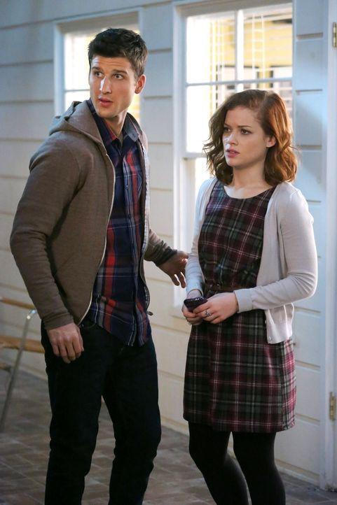 Haben sie eine gemeinsame Zukunft? Tessa (Jane Levy, r.) und Ryan (Parker Young, l.) ... - Bildquelle: Warner Brothers