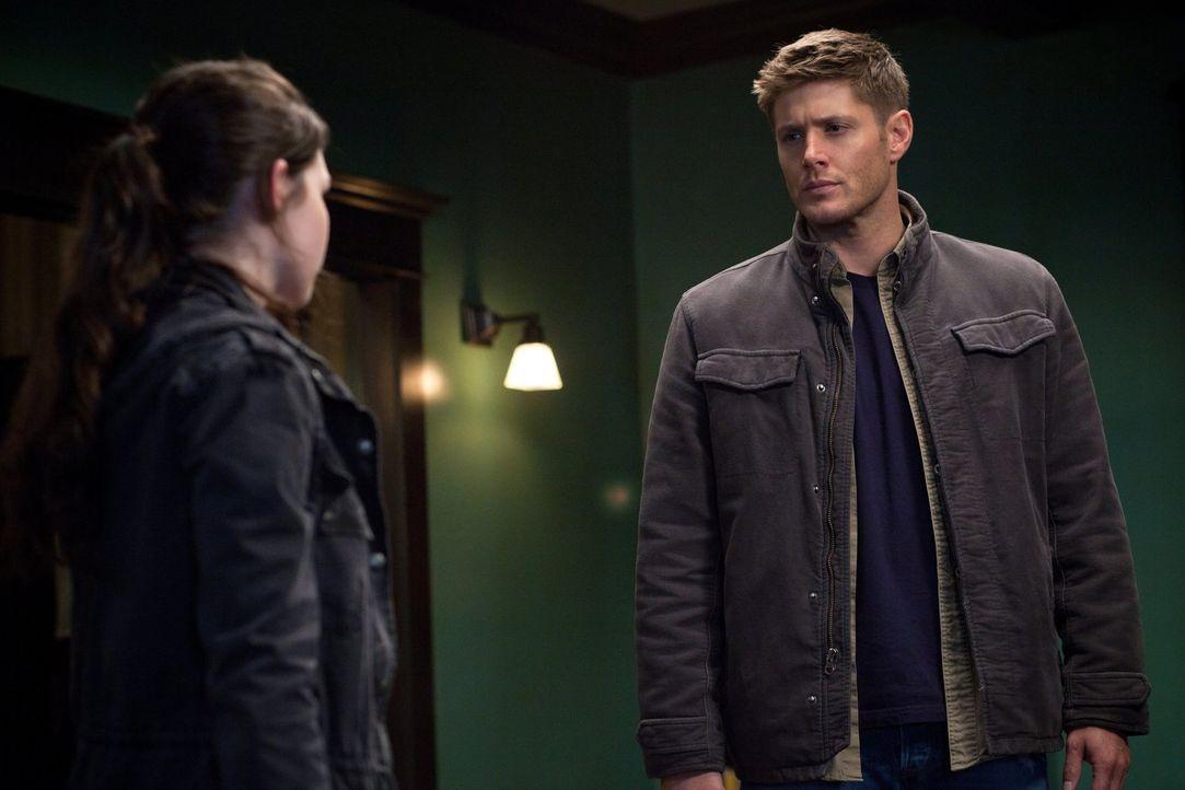 Sollte der seltsame Victor tatsächlich Krissy (Madison McLaughlin, l.) und ihre Freunde ausnutzen, wird Dean (Jensen Ackles, r.) mit allen Mitteln d... - Bildquelle: Warner Bros. Television