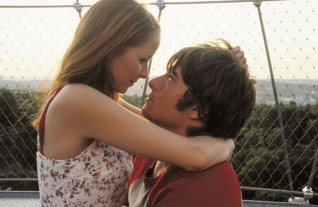 Alles scheint sich zwischen den Verliebten Nicole (Jasmin Schwiers, l.) und Daniel (Florian Jahr, r.) perfekt zu entwickeln - wären da nicht ihre E... - Bildquelle: ProSieben