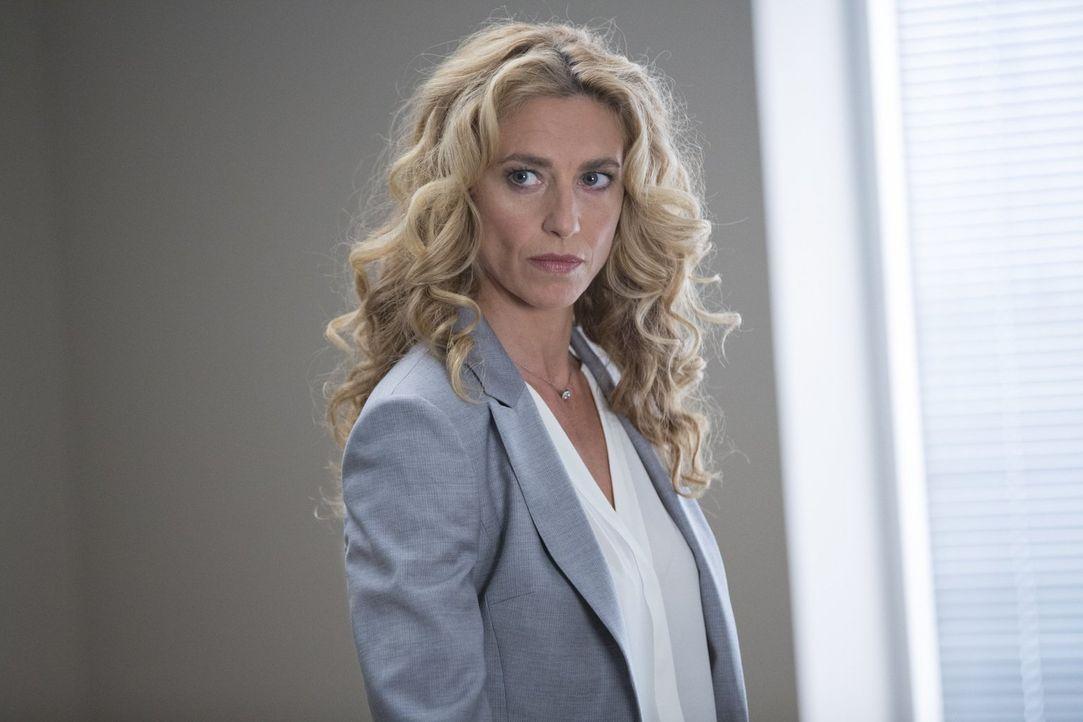 Sabine (Claudia Black) lässt Essen in die Quarantäne-Zone schicken und provoziert damit eine Machtverschiebung und Bandenkriege ... - Bildquelle: Warner Brothers