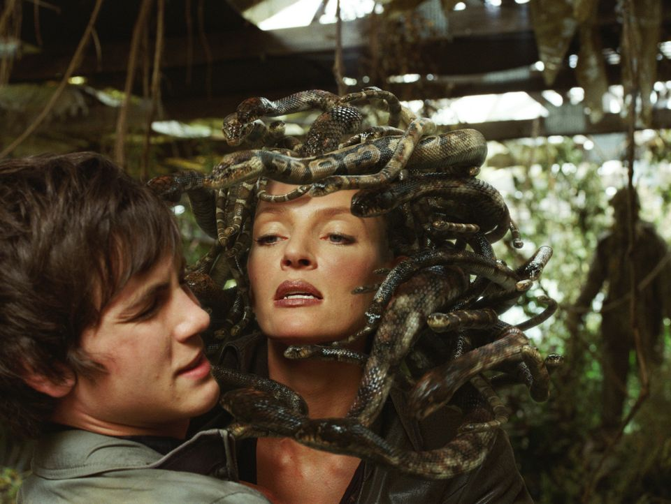 Medusa (Uma Thurman, r.) will unbedingt Percy (Logan Lerman, l.) und seine Freunde ihrem steinernen Panoptikum zuführen ... - Bildquelle: 2010 Twentieth Century Fox Film Corporation. All rights reserved.