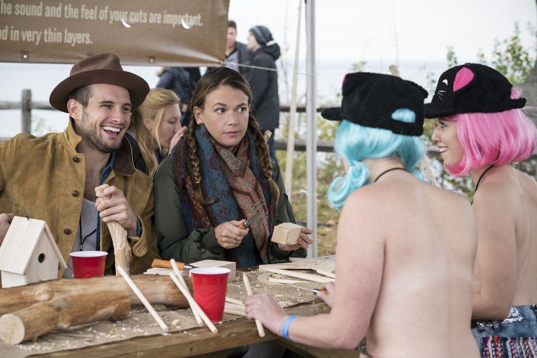 Während Liza (Sutton Foster, 2.v.l.) nicht genau weiß, was sie von dem Musikfestival halten soll, ist Josh (Nico Tortorella, l.) mehr als begeistert... - Bildquelle: Hudson Street Productions Inc 2016
