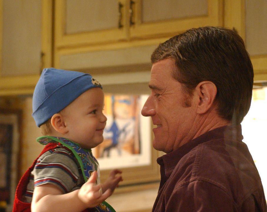 Hal (Bryan Cranston, r.) erzählt Baby Jaime (Darsteller unbekannt, l.) von Oma Idas Absichten ... - Bildquelle: TM +   2000 Twentieth Century Fox Film Corporation. All Rights Reserved.