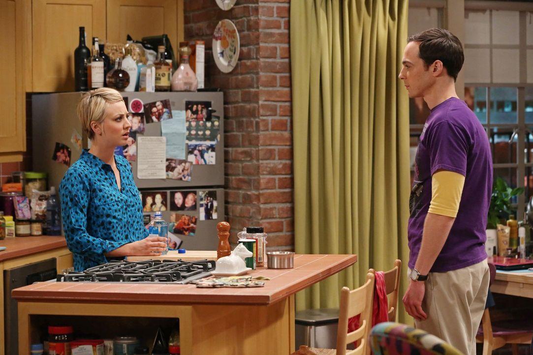 Als Penny (Kaley Cuoco, l.) Sheldon (Jim Parsons, r.) darauf aufmerksam macht, dass es Abschlussball-Rituale gibt, fühlt er sich genötigt, diese aus... - Bildquelle: Warner Bros. Television