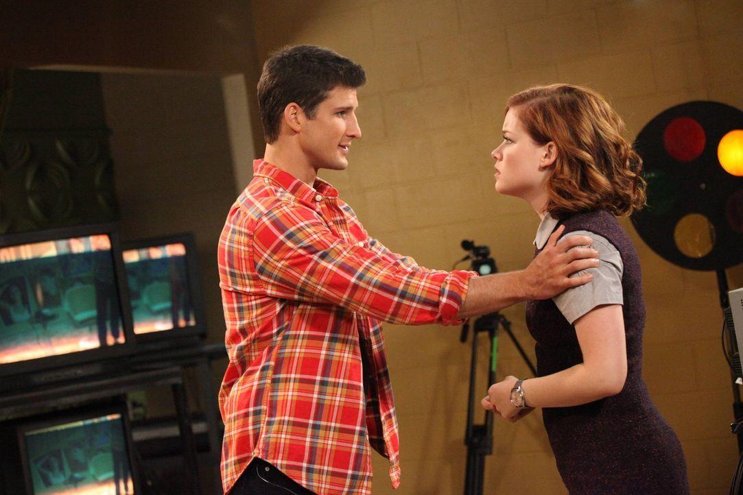 Tessa (Jane Levy, r.) nimmt den Job als Produzentin des Schulsenders an. Als sie eher unfreiwillig Ryan (Parker Young, l.) engagiert, um live über s... - Bildquelle: Warner Brothers