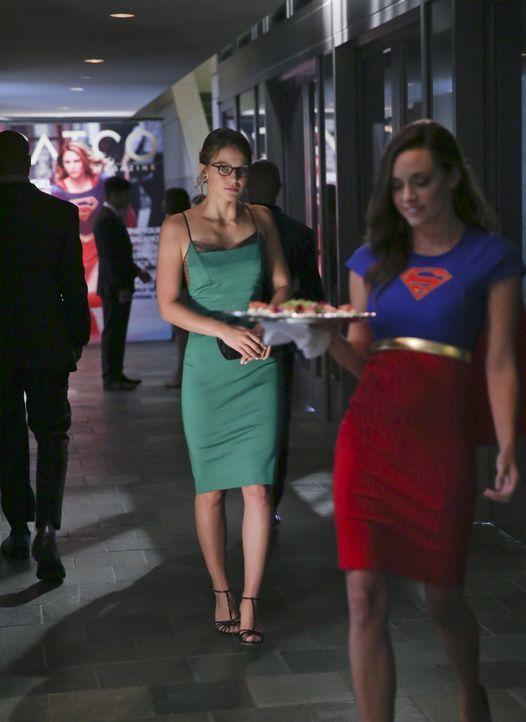 Eigentlich hat Kara (Melissa Benoist, l.) gar keine Zeit sich auf vornehmen Partys zu tummeln, schließlich hat es der mächtige Reactron, Supermans E... - Bildquelle: 2015 Warner Bros. Entertainment, Inc.