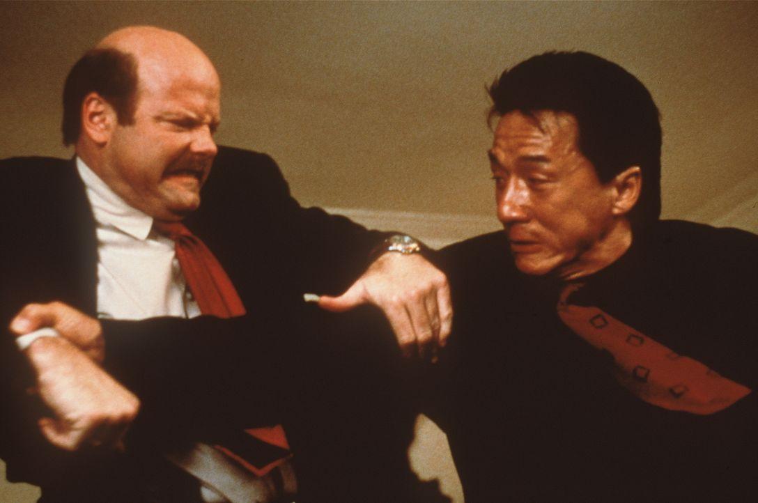 Schützenhilfe: Der Konsul besteht darauf, dass der chinesische Inspektor Lee (Jackie Chan, r.) zu den Ermittlungen hinzugezogen werden soll. Sehr zu... - Bildquelle: New Line Cinema