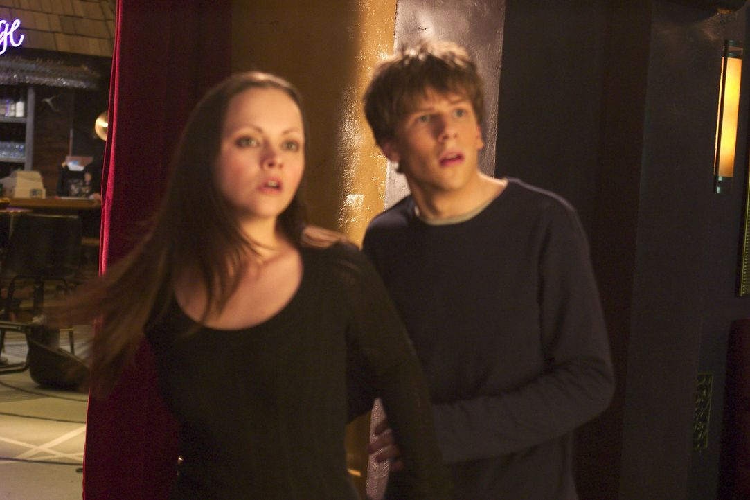 Nur, wenn sie herausfinden, wer der Werwolf in Menschengestalt ist, können sie den Bann lösen: Ellie (Christina Ricci, r.) und Jimmy (Jesse Eisenb... - Bildquelle: Dimension Films