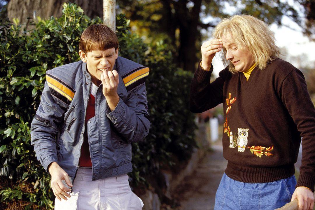 Die liebenswerten Doofköppe Harry (Derek Richardson, r.) und Lloyd (Eric Christian Olsen, l.) geraten mitten in die Machenschaften eines hemmungslo... - Bildquelle: Warner Bros.