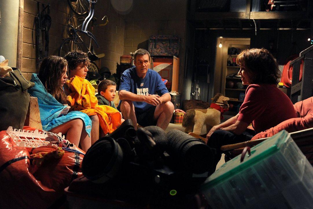 Ihnen stehen turbulente Zeiten bevor: Mike (Neil Flynn, 2.v.r.), Sue (Eden Sher, l.), Axl (Charlie McDermott, 2.v.l.), Brick (Atticus Shaffer, M.) u... - Bildquelle: Warner Brothers