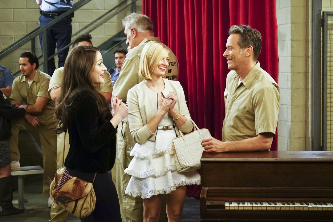 Nach der Musicalaufführung ihres Vaters Martin (Steven Weber, r.) erzählt Caroline (Beth Behrs, M.) von dem Geld, das sie für den Film über ihr Lebe... - Bildquelle: 2016 Warner Brothers