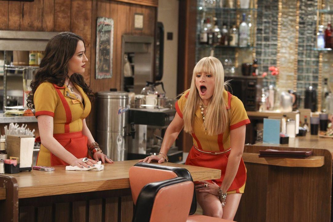 Max (Kat Dennings, l.) kann es nicht fassen, Caroline (Beth Behrs, r.) hat sie mit einer Geschlechtskrankheit angesteckt ... - Bildquelle: Warner Bros. Television
