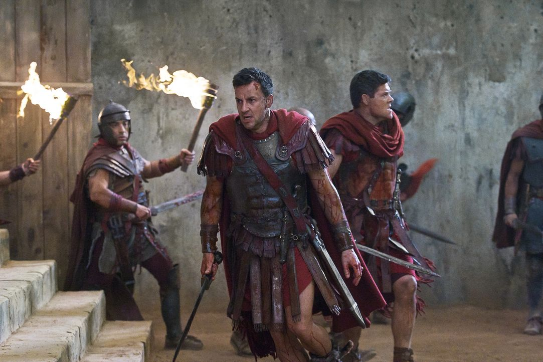 Mit einem Trick gelingt es Spartacus, aus dem Hinterhalte einen Angriff auf Gaius Claudius Glaber (Craig Parker, M.) und seine Männer zu starten. Ei... - Bildquelle: 2011 Starz Entertainment, LLC. All rights reserved.