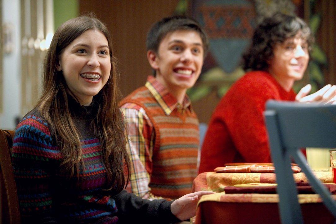 Während sich Sue (Eden Sher, l.) über ihren neuen festen Freund freut, ist sich der Rest der Familie sicher, dass Brad (Brock Ciarlelli, M.) eigentl... - Bildquelle: Warner Brothers