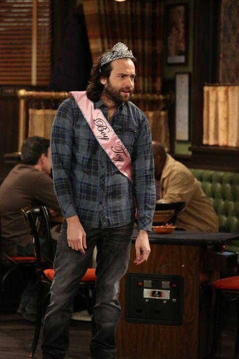 In der Bar findet eine Jungesellinnen Abschiedsparty statt. Dabei lernt Danny (Chris D'Elia) eine interessante Frau kennen ... - Bildquelle: Warner Brothers